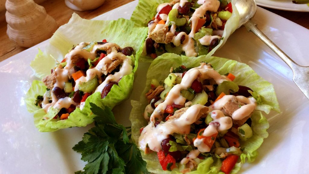 Tuna lettuce cups with spicy mayonnaise